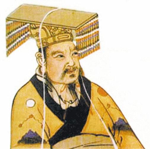 煮酒论英雄这则故事最早见于《三国志蜀志先主传》,自罗贯中《三国演义》大加渲染后逐渐妇孺皆知,广为流传,给历代读者演绎了一出精彩好戏。 东汉末年,汉室衰微,诸侯并起。曹操挟天子以令诸侯,势力迅速增强。而刘备本占有徐州,却被吕布所夺,被逼无奈,只好带结义的关羽、张飞来投奔曹操。  刘备画像 然而刘备并非久居篱下之人,他乃中山靖王刘胜之后,孝景皇帝阁下玄孙,虽曾以贩织席为业,虽然当时失势落魄,但他素有大志,专好结交天下豪杰,期待着有一日能够东山再起,光耀门楣,匡扶汉室。 曹操的谋士都看出这一点,极力劝曹操